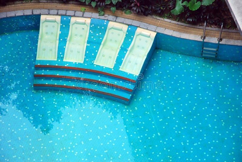 Bett und Swimmingpool lizenzfreies stockfoto