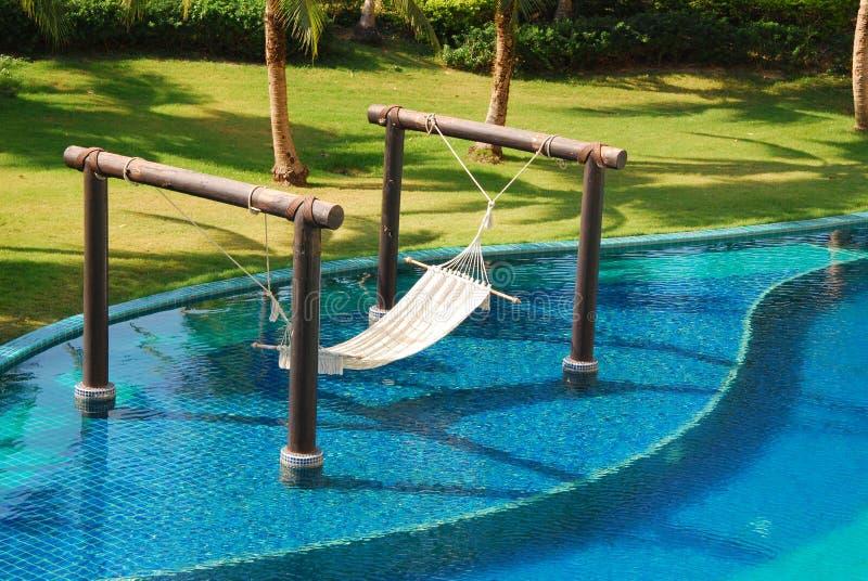 Bett verzieren im Swimmingpool lizenzfreie stockfotografie