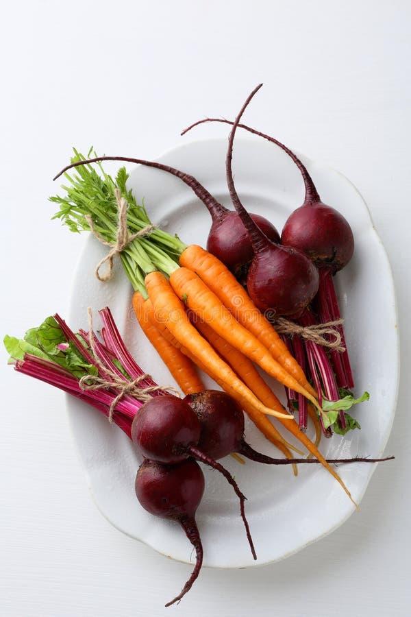 Betteraves et carottes organiques fraîches de plat photos stock