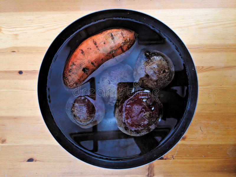Betteraves et pomme de terre sur le Tableau en bois photographie stock libre de droits