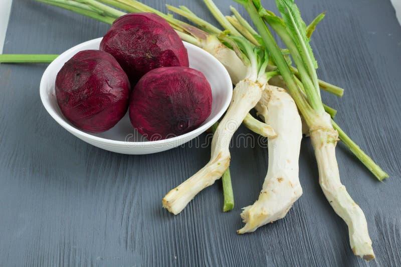 Betteraves nettoyées de légumes crus et horseredish préparés pour Rus photo stock