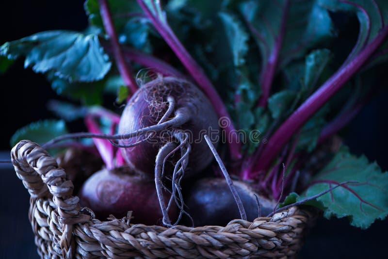 Betteraves organiques fraîches, betteraves dans le panier rustique Vue d'angle photo stock