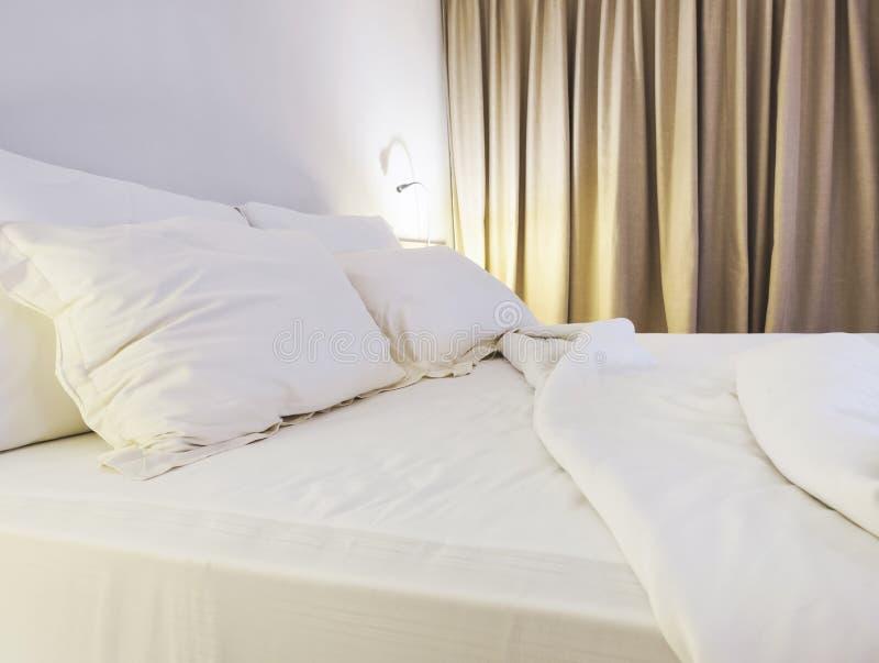 Bettlakenmatratze und -kissen unmade im Schlafzimmer lizenzfreie stockbilder