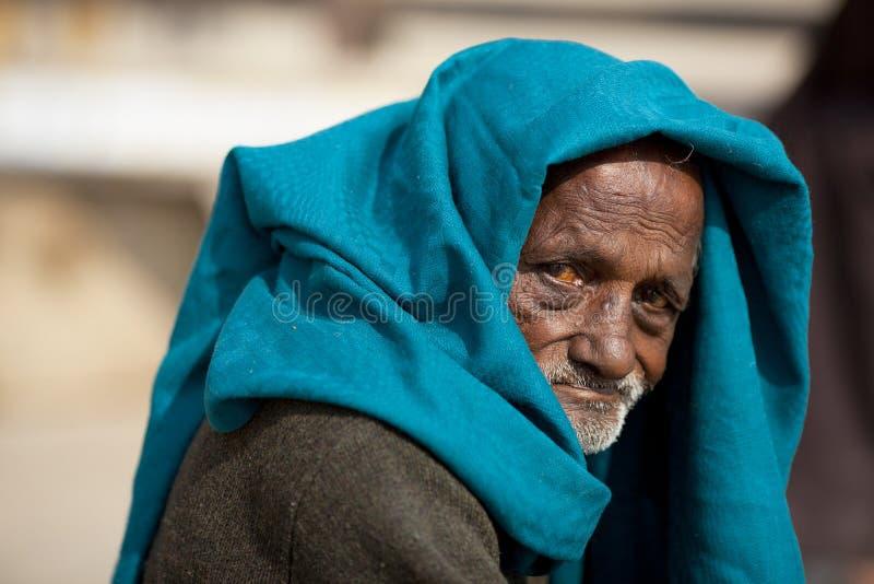 Bettler des alten Mannes mit Hauptschal bitten in Indien lizenzfreie stockbilder