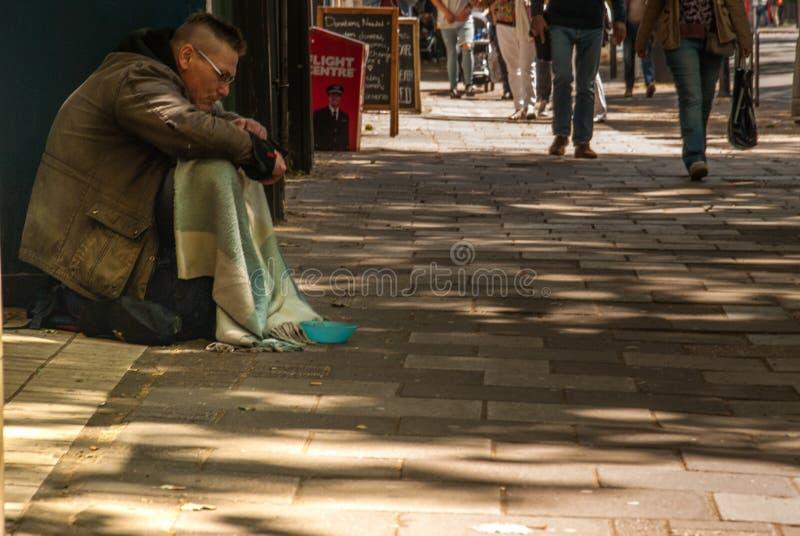 Bettlermann auf der Straße bitten um Geld bettler Lokalisiert auf Wei? Sozialfrage stockfotografie