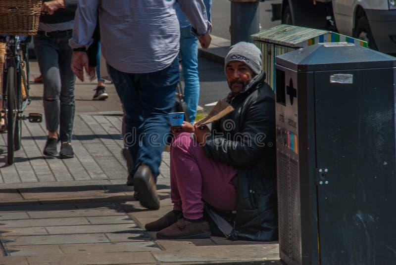 Bettlermann auf der Straße bitten um Geld bettler Lokalisiert auf Wei? Sozialfrage stockbilder