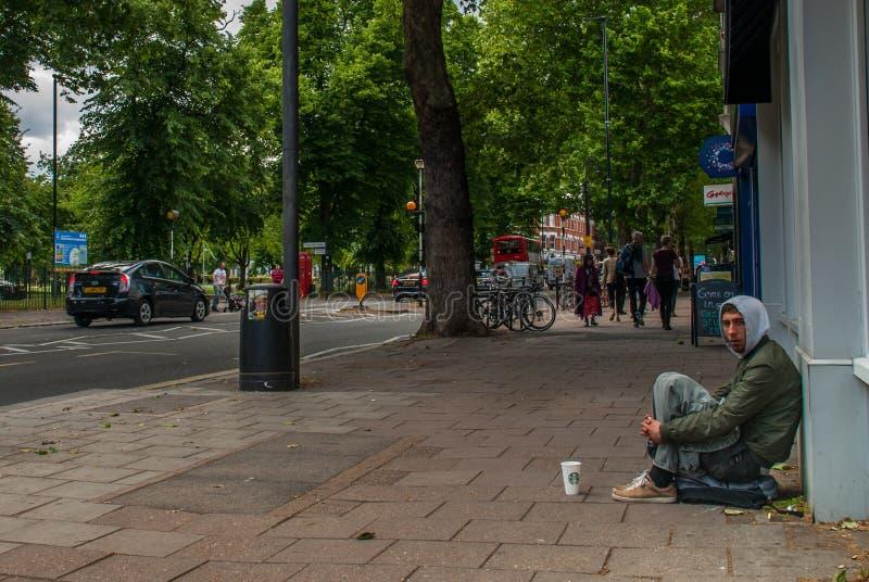 Bettlermann auf der Straße bitten um Geld bettler Lokalisiert auf Wei? Sozialfrage stockbild