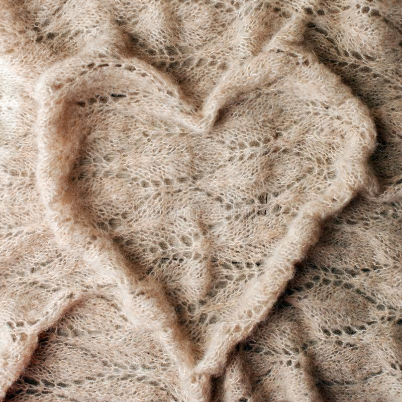 Bettwäsche mit warmem Plaidkonzept, woolen Decke in der Herzform Kopieren Sie Platz Flache Lage, Draufsicht, einfarbiger Hintergr stockbilder