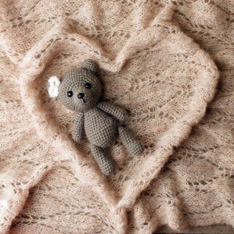Bettwäsche mit warmem Plaidkonzept, woolen Decke in der Herzform und handgemachter Spielzeugbär Kopieren Sie Platz Flache Lage, D lizenzfreies stockfoto