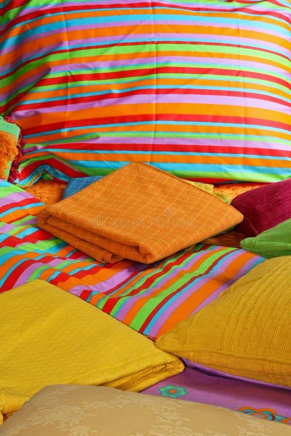 Bettwäsche und Blätter lizenzfreie stockfotos