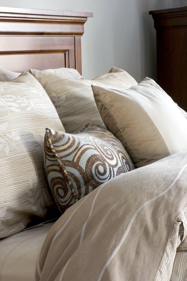 Bettwäschen und Kissen lizenzfreies stockbild