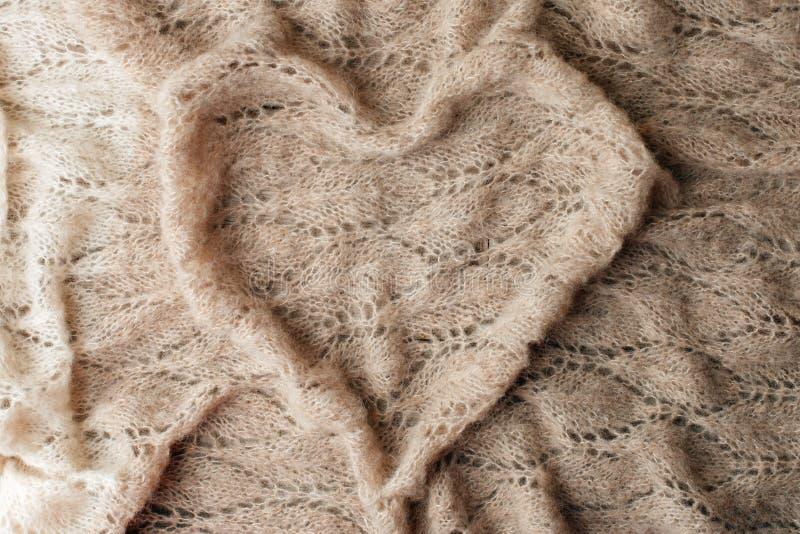 Bettw?sche mit warmem Plaidkonzept, woolen Decke in der Herzform Kopieren Sie Platz Flache Lage, Draufsicht, einfarbiger Hintergr stockfoto