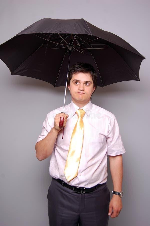 Betwijfelende mensen met band onder paraplu royalty-vrije stock afbeelding