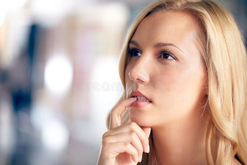 Betwijfelende vrouw stock afbeelding