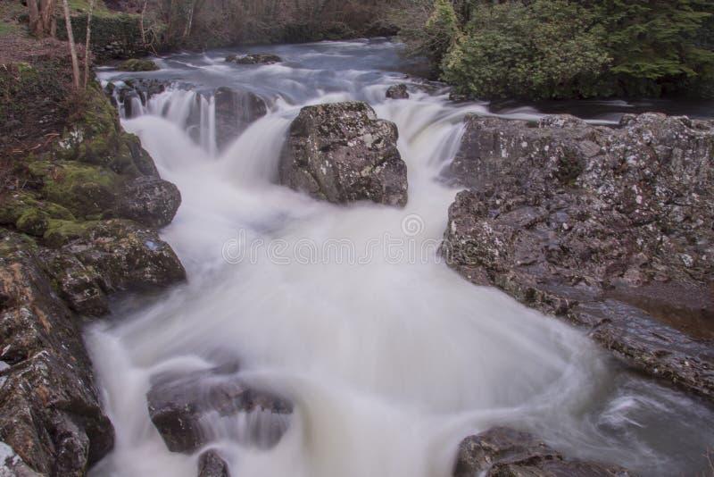 Betws-y-samundervisnings- vattenfall, efter regnet har haft stupat arkivfoto