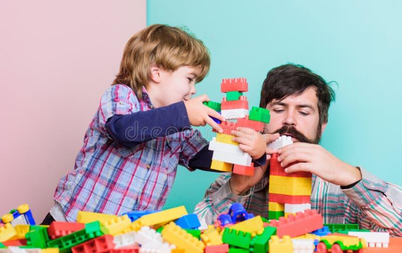 Betydelse av att spela tillsammans Farsan och sonen har gyckel Barnslig gladlynt farsa och rolig son Farsalek leker med ungen far royaltyfria foton