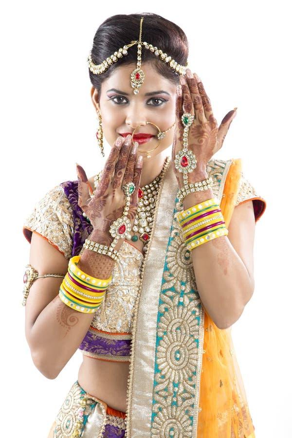 Beuatiful indisk brud med Mehendi händer eller henna royaltyfri fotografi