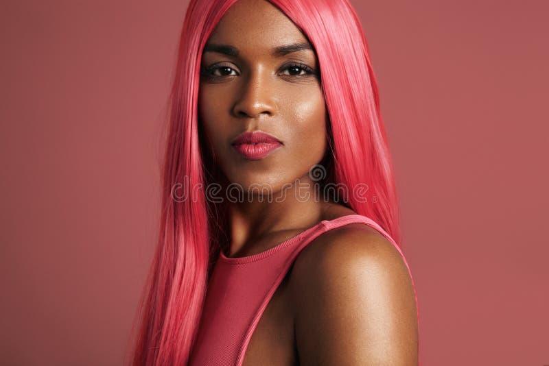 Beuaty svart kvinna i peruk arkivfoto