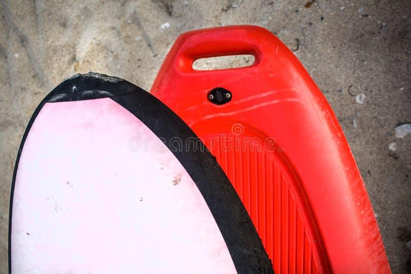 Beugen Sie das vordere Ende des Kajaks auf einem groben Sand Front Part des dunkelorangefarbigen Wasser-Bootes Schwimmaufbereitun stockbild