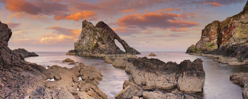 Beugen Sie Fiddle Rock auf der Morayküste, Schottland bei Sonnenuntergang stockfotografie