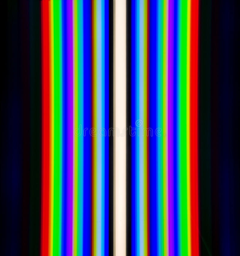 Beugung des Lichtes von den Leuchtstofflampen, erhalten durch das Gitter stockfotos