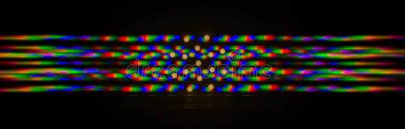 Beugung des Lichtes von der LED-Lampe auf dem Gitter stockfoto