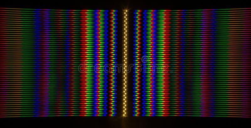 Beugung des Lichtes von der LED-Lampe auf dem Gitter stockfotos