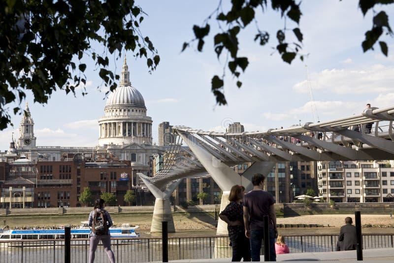 beundra folk uk för brolondon millenium royaltyfri fotografi