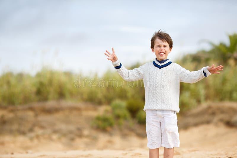 Beundra pysen som tycker om strandsemester royaltyfria bilder