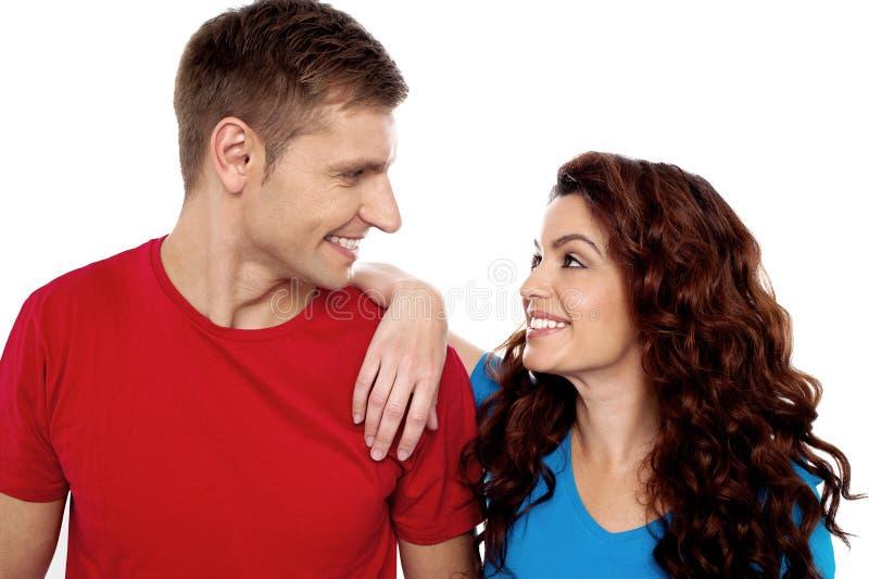 Beundra unga par för förälskelse, skjuten closeup fotografering för bildbyråer