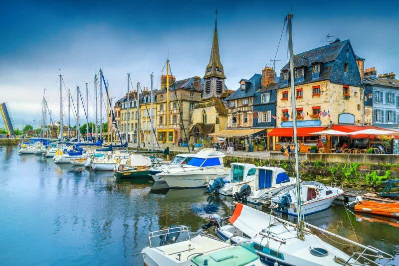 Beundransv?rd medeltida cityscape med hamnen och fartyg, Honfleur, Normandie, Frankrike arkivbilder