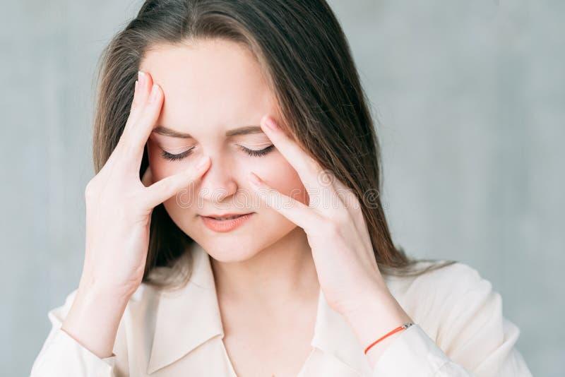 Beunruhigter Gesichtsfinanzdruck der jungen Frau lizenzfreies stockbild