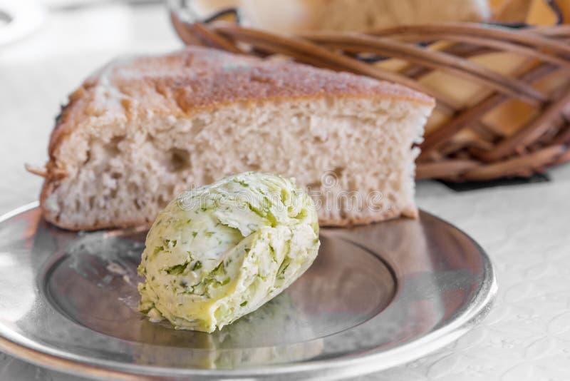 Beurre assaisonné d'herbes avec du pain photos stock