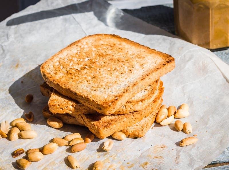 Beurre d'arachide croquant sur le pain grillé, petit déjeuner anglais images stock
