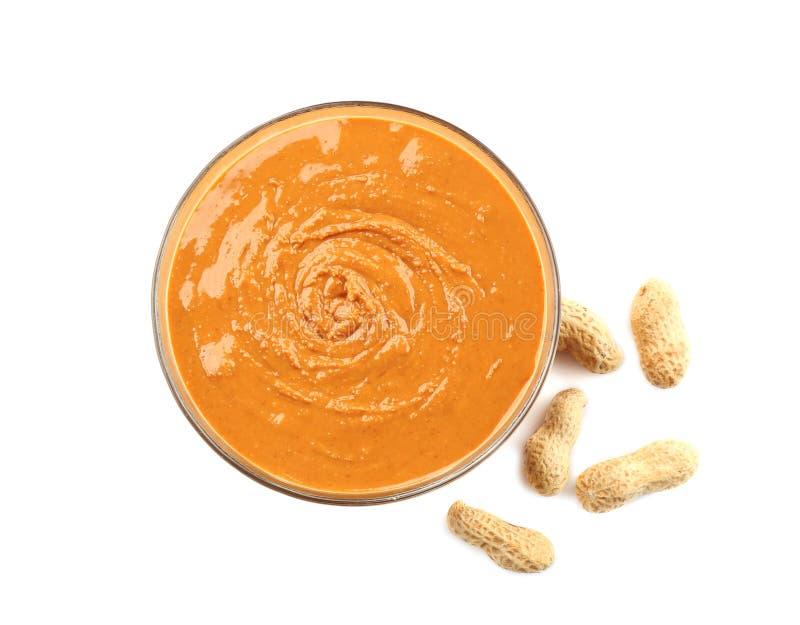 Beurre d'arachide dans le bol en verre photographie stock libre de droits