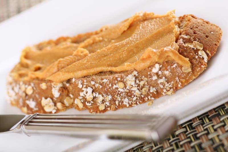 Beurre d'arachide sur le pain de seigle images libres de droits