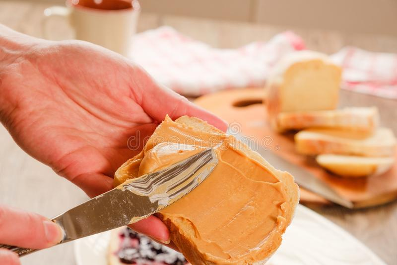 Beurre d'arachide sur le pain grillé photo stock