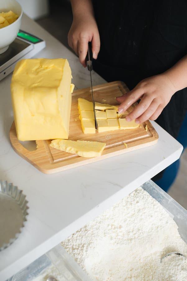 Beurre de mélange de chef de boulangerie dans le professionnel de cuisine photo libre de droits