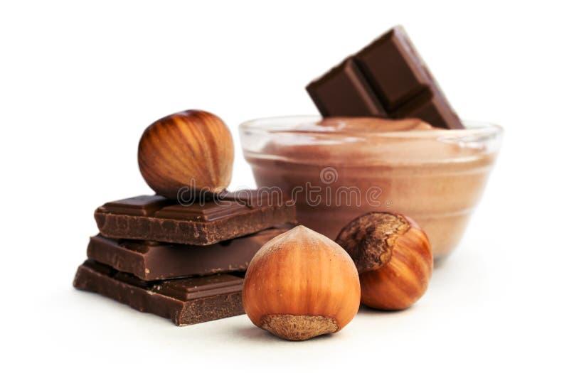 Beurre et chocolat d'écrou avec des noisettes image stock