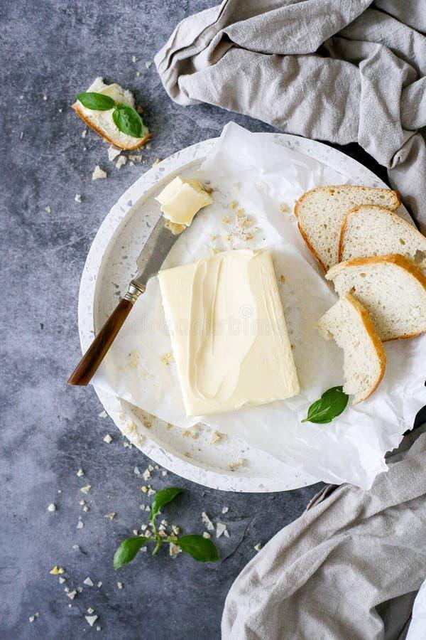 Beurre frais avec des morceaux de pain photographie stock