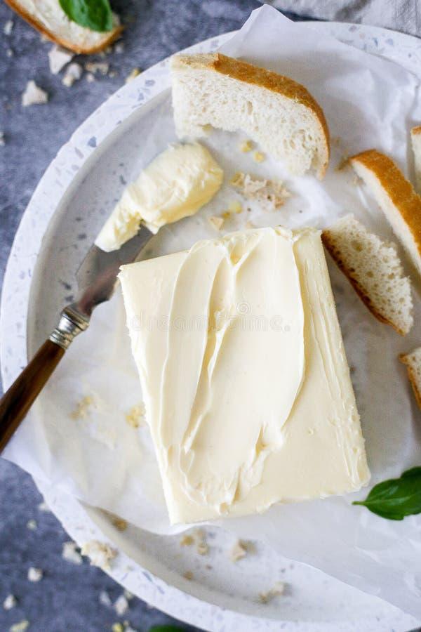 Beurre frais avec des morceaux de pain images stock