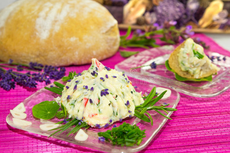 Beurre persillé et pain délicieux. image stock