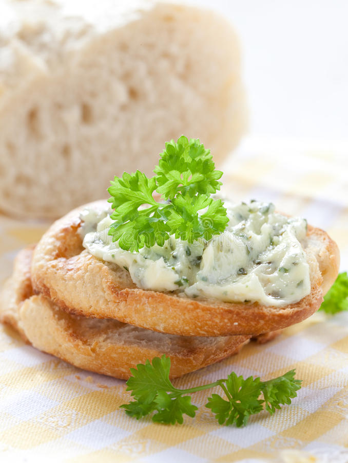 Beurre persillé sur la baguette photographie stock libre de droits