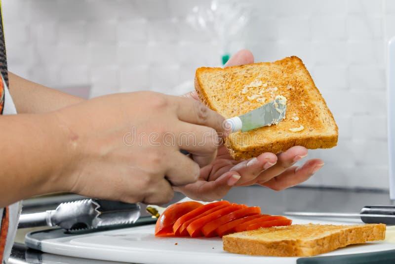 Beurre sur le pain grillé photo stock