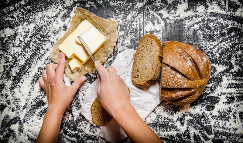 Beurrer du pain avec du beurre images libres de droits