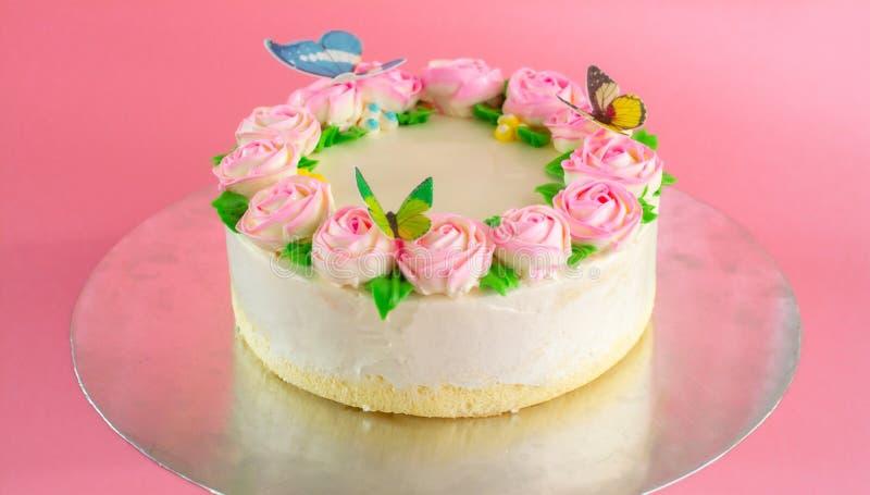 Beurrez la crème du gâteau d'étang de vanille d'oo décoré par roses roses sur le fond rose avec l'espace de copie servi en fête d photographie stock libre de droits