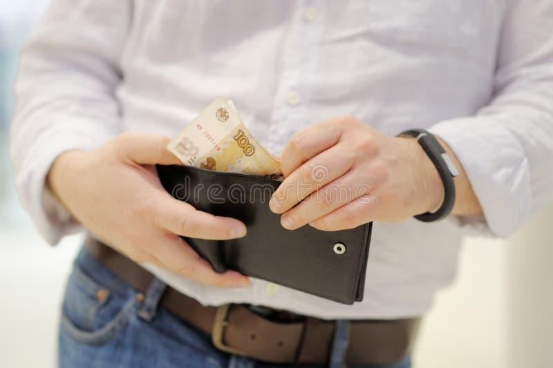 Beurs met Russisch papiergeld (roebels) stock afbeelding