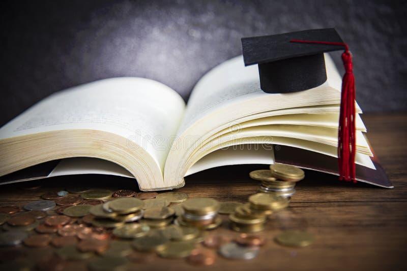 Beurs voor onderwijsconcept met geldmuntstuk op houten met donkere achtergrond en graduatie GLB op een open boek royalty-vrije stock afbeeldingen