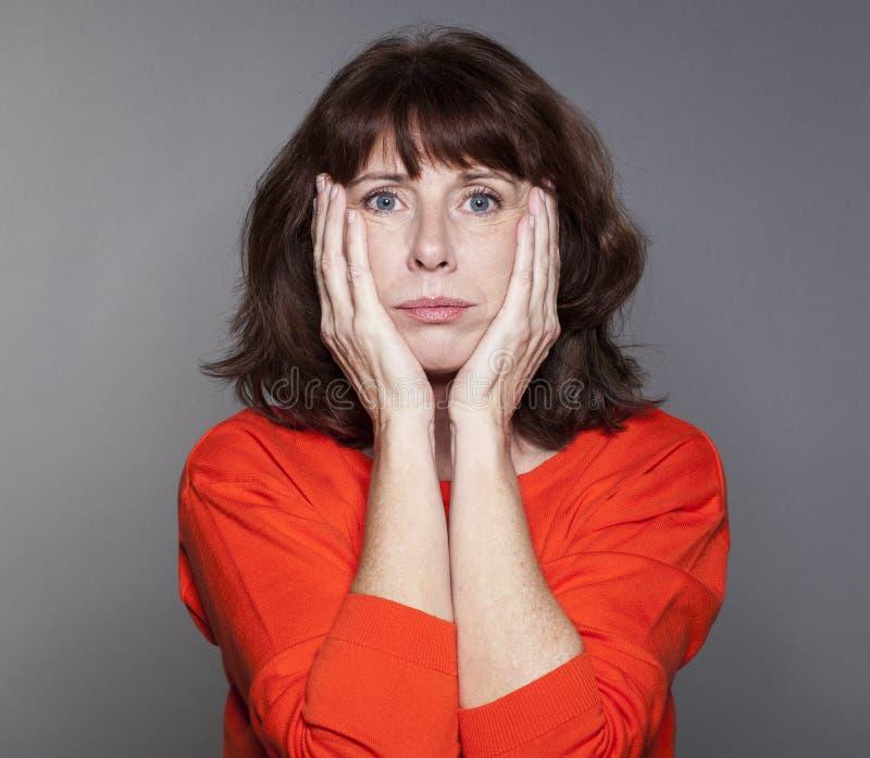 Beurteilen Sie Geisteskonzept für abgefundene schöne Frau 50s stockbild