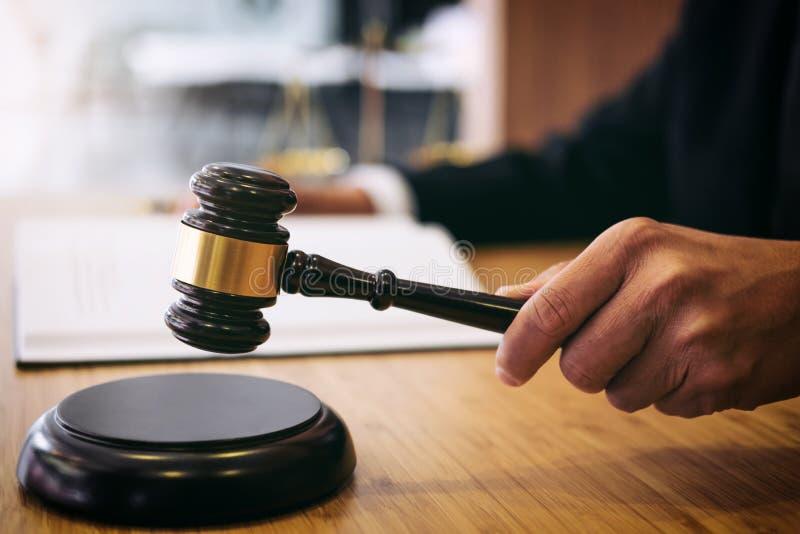 Beurteilen Sie Hammer mit Gerechtigkeitsrechtsanwälten, Geschäftsmann in der Klage oder Rechtsanwalt stockfotos